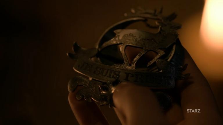 "Jamie Fraser's brooch ""Je suis prest"" (© Sony Pictures)"